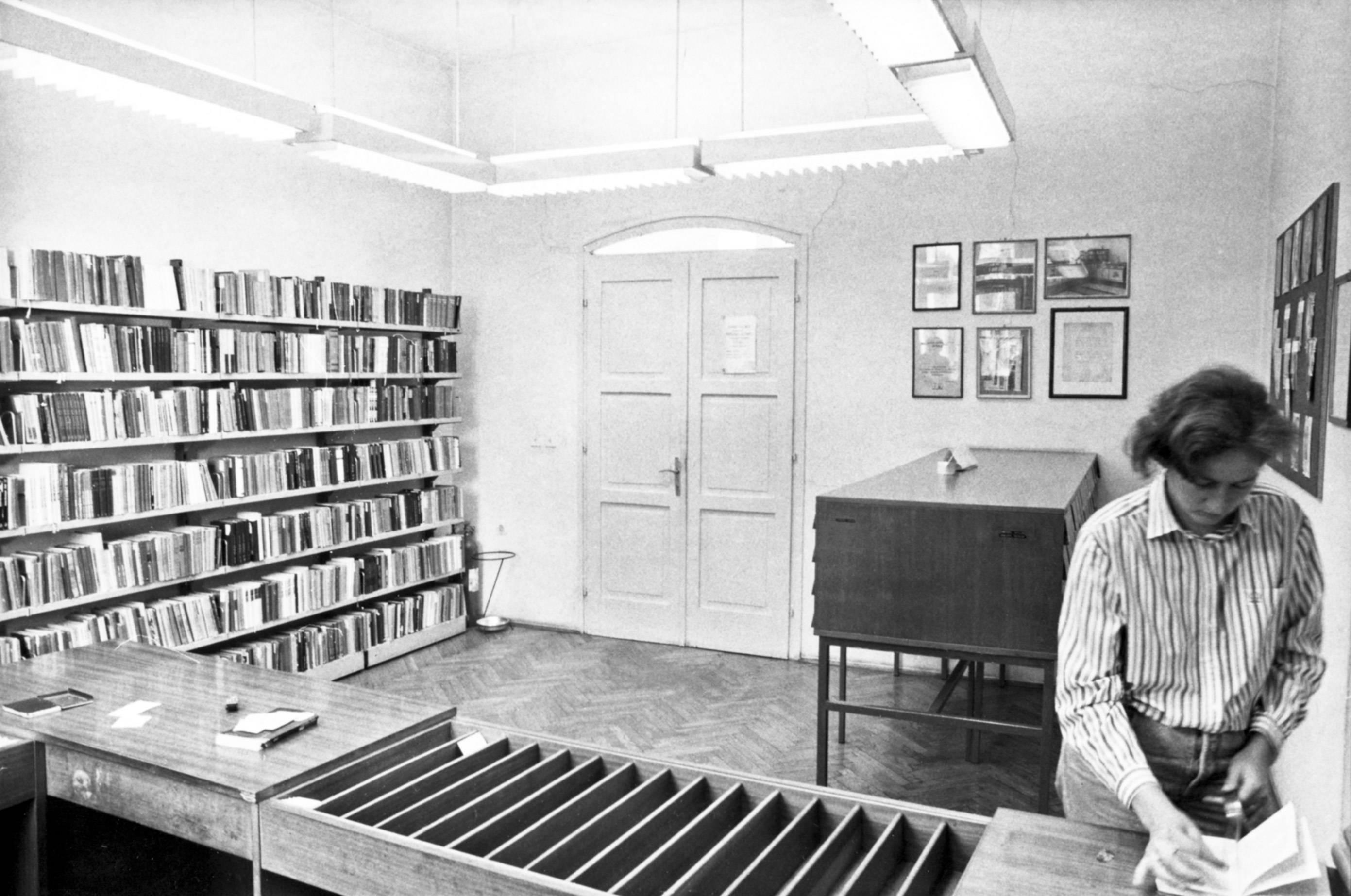 Ulaz u Odjel za odrasle Gradske knjižnice Zadar u Kneževoj palači (fotografija Zvonka Kucelina iz 1989.)